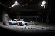1000-konny Nissan 370z w opuszczonym centrum handlowym