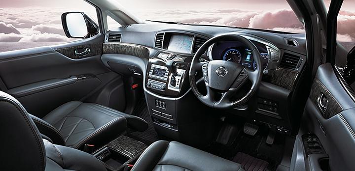 Nissan Elgrand wnętrze samochodu