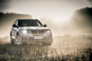 Lepsze światła na jesień – jak poprawić bezpieczeństwo podczas jazdy?