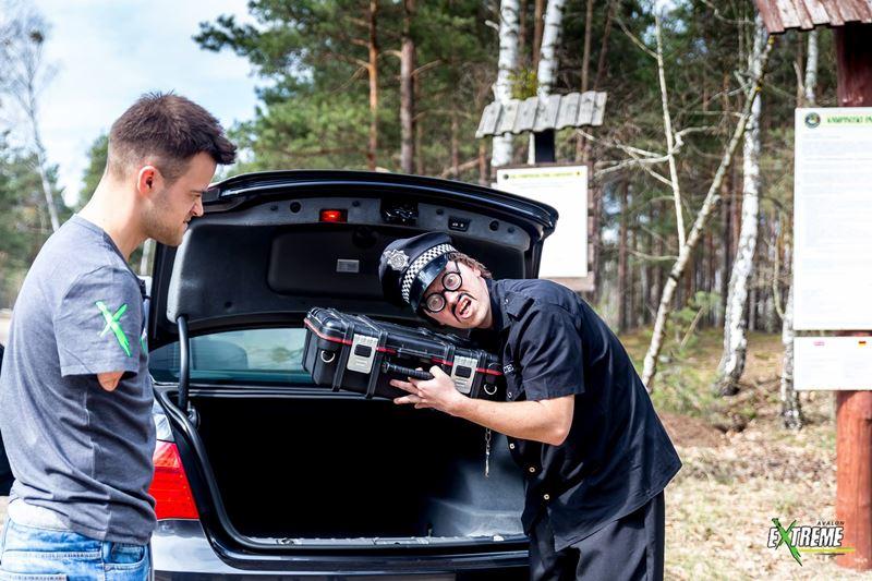 Pasja na Krawędzi: Policjant grozi Bartkowi Ostałowskiemu bronią